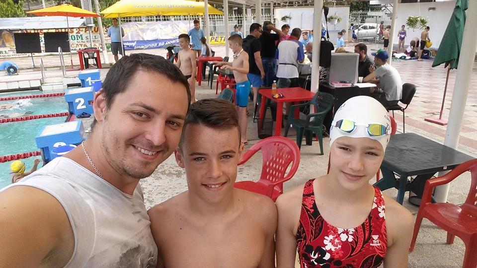 imagine: de la stânga la dreapta astfel antrenorul Sabin Avram şi sportivii înotători Etienne Dragotă şi Carina Notingher înaintea încălzirii de concurs, la Brăila