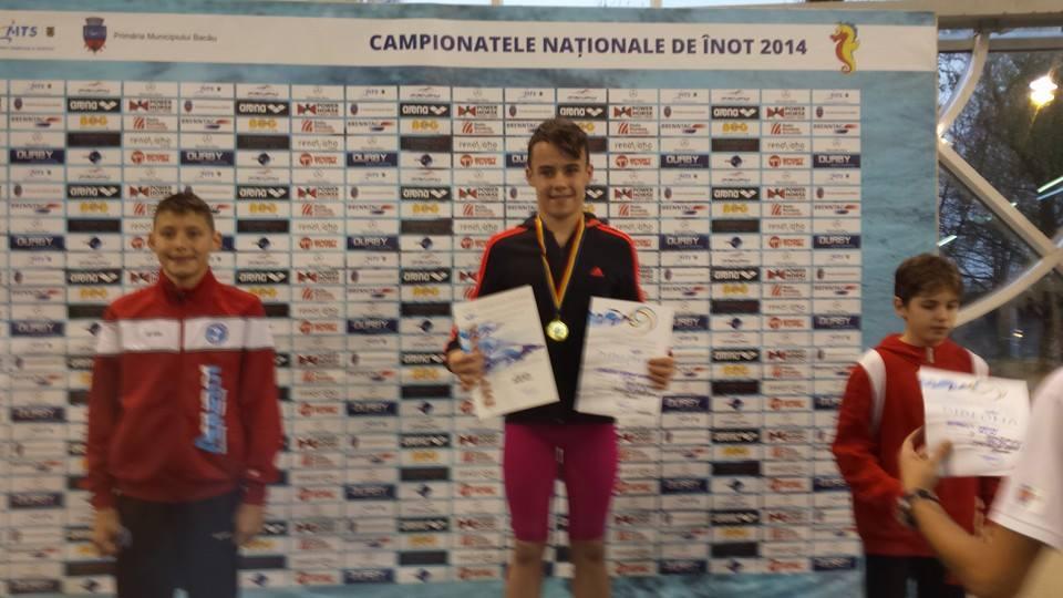 pe prima treaptă a podiumului Etienne Dragotă la premierea după recordul la 50 m fluture